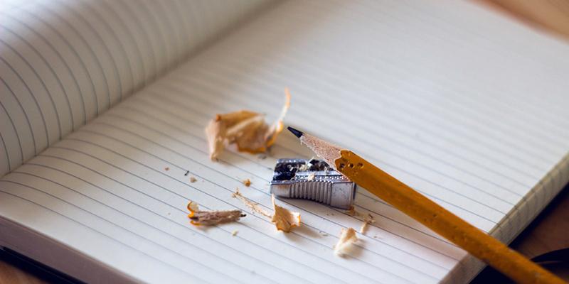 Foto: Heft und gespitzter Bleistift