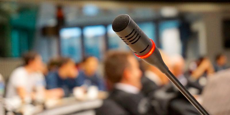 Foto: Mikrofon in einem Sitzungssaal
